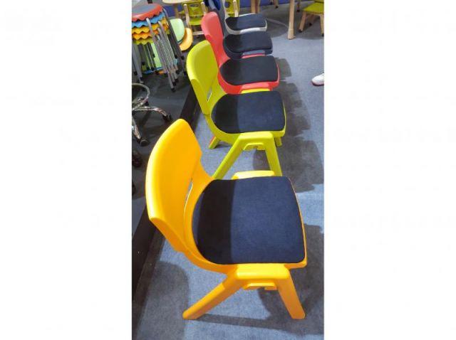 כיסא עמיד לבוגר עם מושב מרופד ,ניתן לשרשור לאולם כנסים