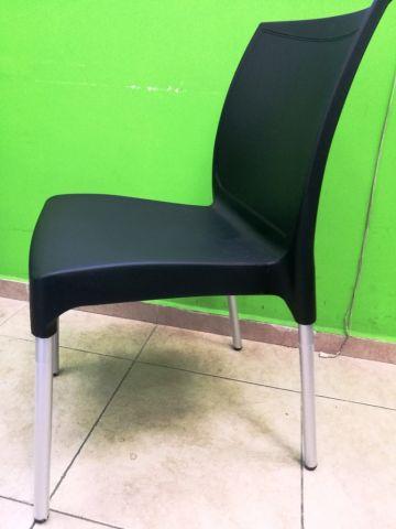 כיסא יצוק עם רגלי אלומניום
